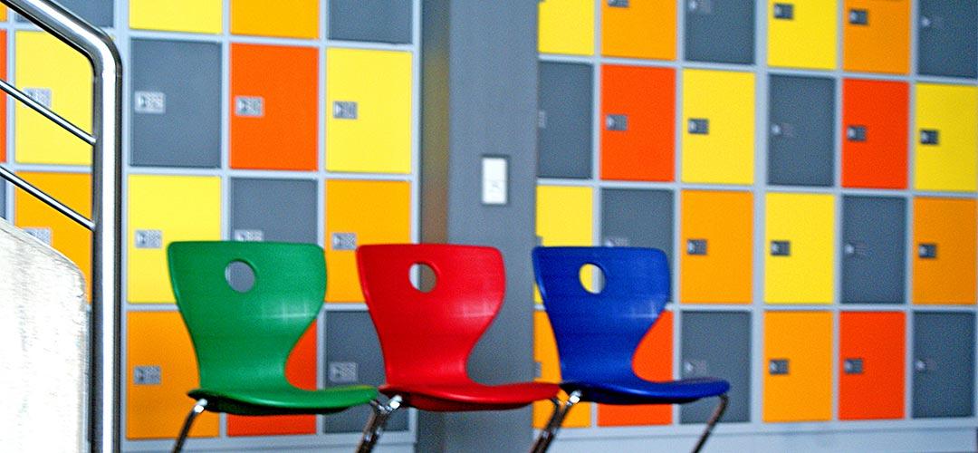 Bild von Schließfächern mit 3 Stühlen