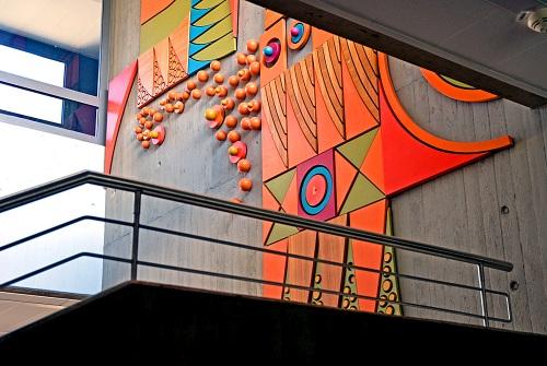 Foto des Treppenhauses der Maximilian Lutz Realschule mit einer Wandskulptur im Hintergrund