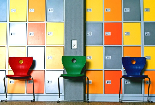 Foto mit Schließfächern und Stühlen