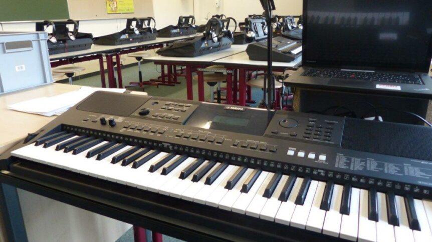 Foto des Musikraums mit Instrumenten