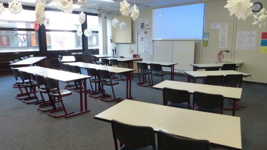 Foto eines Klassenzimmers mit Leinwand für Beamer